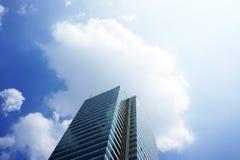Edificio de oficinas y cielo modernos Imagen de archivo
