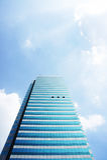 Edificio de oficinas y cielo modernos Imágenes de archivo libres de regalías