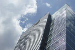 Edificio de oficinas y cielo modernos Fotografía de archivo libre de regalías
