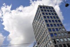 Edificio de oficinas y cloudscape Fotografía de archivo
