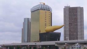 Edificio de oficinas y escultura modernos en Tokio Asakusa - TOKIO, JAPÓN - 17 de junio de 2018 almacen de metraje de vídeo