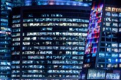 Edificio de oficinas y trabajadores de Windows Imágenes de archivo libres de regalías
