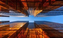 Edificio de oro con el cielo azul Vidrio de Windows de la oficina moderna SK foto de archivo