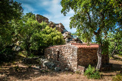 Edificio de piedra abandonado en las montañas Imágenes de archivo libres de regalías