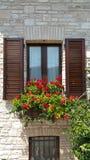 Edificio de piedra con la ventana del marco de madera Fotos de archivo libres de regalías