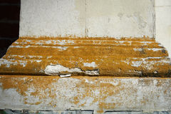 Edificio de piedra, cubierto con el musgo o el liquen En un cierto plazo, afectado Imagen de archivo