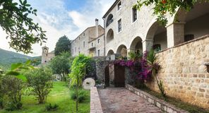 Edificio de piedra viejo en Budva, Montenegro imagenes de archivo
