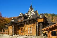 Edificio de registro de madera en montañas cárpatas, Ucrania en otoño imagenes de archivo