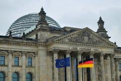 Edificio de Reichstag con el alemán y las banderas de la UE Fotografía de archivo libre de regalías