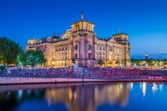 Edificio de Reichstag con el río en la noche, Berlín, Alemania de la diversión foto de archivo libre de regalías