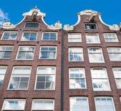 Edificio de residencia del siglo de Amsterdam17th durante el mediodía en abajo la ciudad, Países Bajos Fotos de archivo libres de regalías