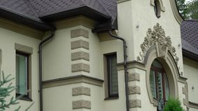 Edificio de residencia privado de la mansión Casa en el día nublado almacen de metraje de vídeo