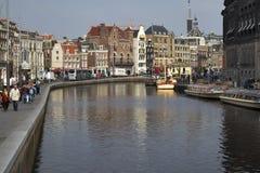 Edificio de Rondvaart Kooij Amsterdam Una acción de ida y vuelta o una travesía es una atracción donde usted toma un barco del vi Imágenes de archivo libres de regalías