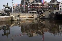 Edificio de Rondvaart Kooij Amsterdam Una acción de ida y vuelta o una travesía es una atracción donde usted toma un barco del vi Fotos de archivo libres de regalías