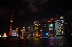 Edificio de Shangai en la noche Fotos de archivo libres de regalías
