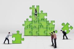 Edificio de trabajo del equipo del negocio un rompecabezas Imágenes de archivo libres de regalías