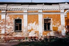 Edificio de un piso abandonado con las paredes de ladrillo viejas Imágenes de archivo libres de regalías