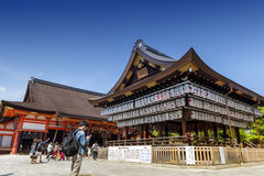 Edificio de una etapa de la danza con centenares de linternas en Yasaka o Gion Shrine foto de archivo