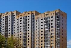 Edificio de varios pisos Fotos de archivo libres de regalías