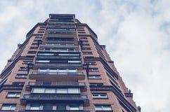Edificio de varios pisos Imagenes de archivo