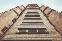 Edificio de varios pisos Foto de archivo libre de regalías