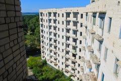 Edificio de varios pisos abandonado Imagen de archivo
