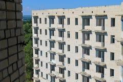 Edificio de varios pisos abandonado Imagen de archivo libre de regalías
