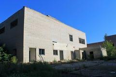 Edificio de varios pisos abandonado Fotos de archivo libres de regalías