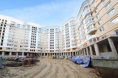 Edificio de varios pisos bajo la construcción y estructuras concretas fotografía de archivo