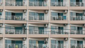 Edificio de varios pisos con los balcones y cosas que cuelgan allí Cierre de varios pisos del edificio encima de la visión almacen de metraje de vídeo
