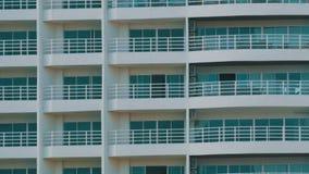 Edificio de varios pisos con los balcones y cosas que cuelgan allí Cierre de varios pisos del edificio encima de la visión metrajes