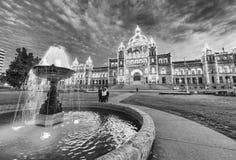Edificio de Victoria Parliament rodeado por el jardín en la noche, británico foto de archivo libre de regalías
