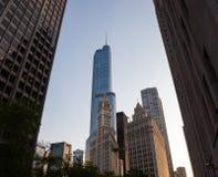 Edificio de Wrigley y torre Chicago del triunfo Imagenes de archivo