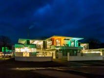 Edificio de Zonnestraal por noche en Hilversum, Holanda Fotografía de archivo