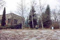 Edificio del abandono con la yarda grande Foto de archivo
