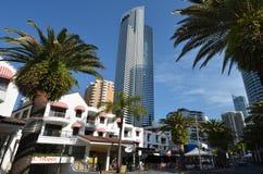 Edificio del alma en el paraíso Gold Coast Australia de las personas que practica surf Imagen de archivo