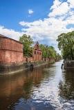 Edificio del almacén del abastecimiento de Kronstadt el ministerio de marina en los bancos del canal de puente KronstadtRussia Fotos de archivo libres de regalías