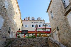 Edificio del archivo histórico, restaurante chino Shangai, apartamentos Vila Balkan en la ciudad vieja, Budva, Montenegro Foto de archivo