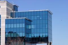 Edificio del asunto con el comunication de la portador-paloma Foto de archivo