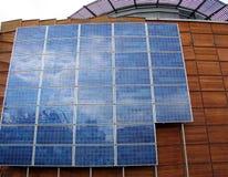 Edificio del asunto con los paneles solares Foto de archivo libre de regalías