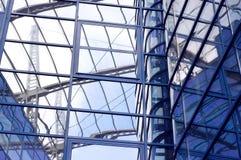 Edificio del asunto en fondo del cielo azul Fotografía de archivo
