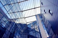 Edificio del asunto en fondo del cielo azul Foto de archivo