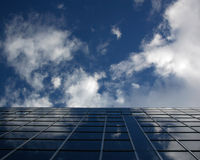 Edificio del azul de cielo foto de archivo