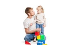 Edificio del bebé de bloques del juguete con su padre Fotografía de archivo libre de regalías