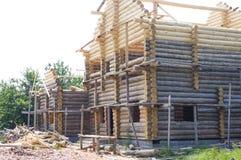 Edificio del blocao Construcción de viviendas de madera, tala de un registro redondo Cabaña de madera Fotos de archivo libres de regalías