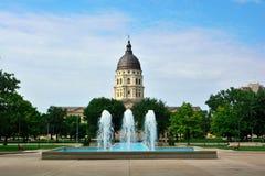 Edificio del capitolio del estado de Kansas con las fuentes en Sunny Day Imagen de archivo libre de regalías