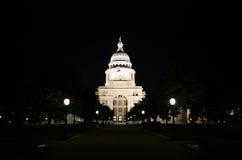 Edificio del capitolio del estado en la noche en Austin céntrica, Tejas Imagen de archivo libre de regalías