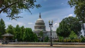 Edificio del capitolio en los árboles Fotos de archivo libres de regalías