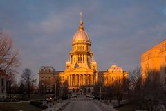 Edificio del capitolio del estado de Illinois en la salida del sol en Springfield Illinois fotografía de archivo libre de regalías