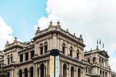 Edificio del casino de Brisbane contra el cielo azul imagenes de archivo